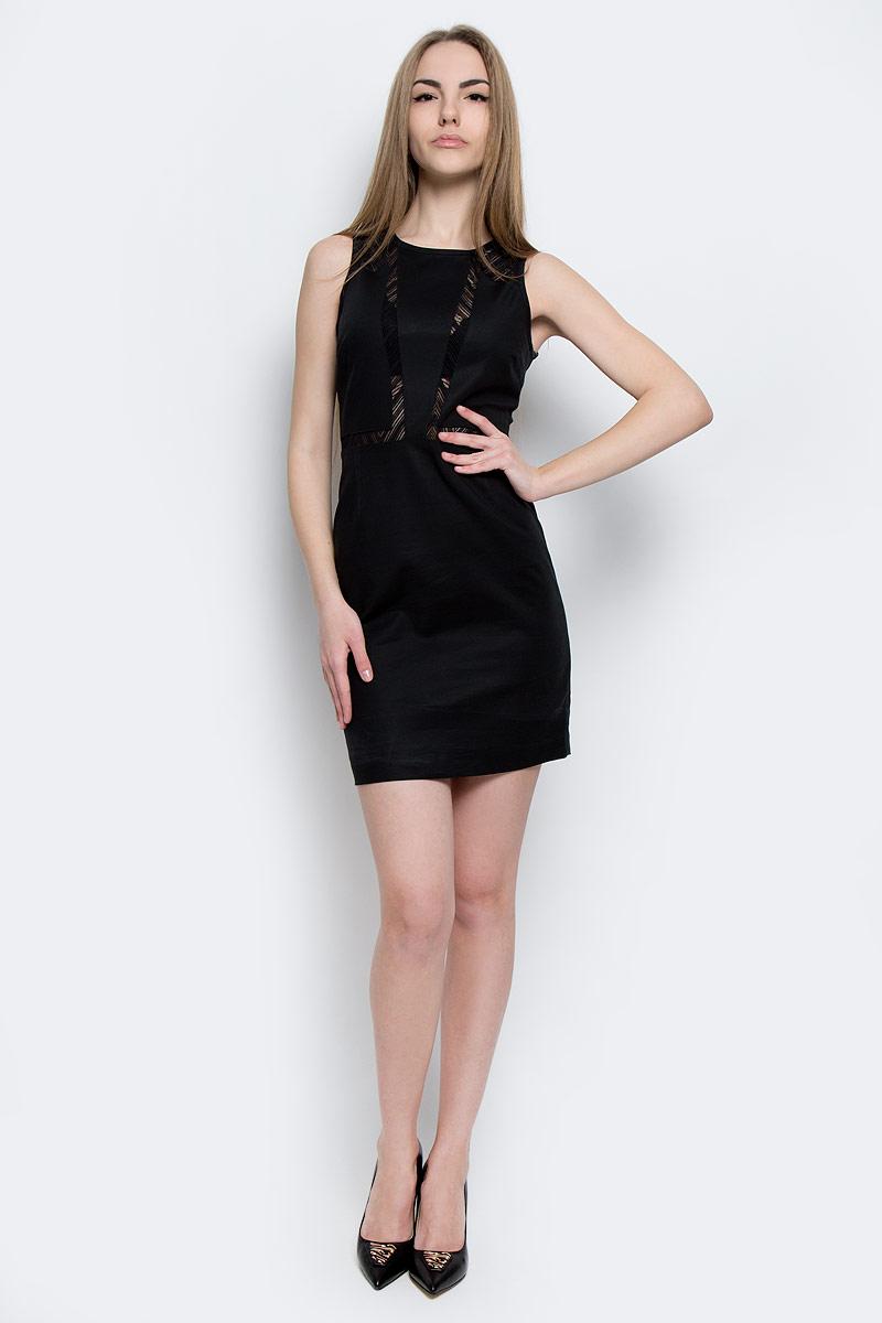 ПлатьеJ20J201326_0990Стильное платье Calvin Klein Jeans изготовлено из хлопка с добавлением полиамида и эластана. Модель-мини с круглым вырезом горловины и без рукавов застегивается на металлическую застежку-молнию, расположенную на спинке. Изделие дополнено эластичным кружевом.