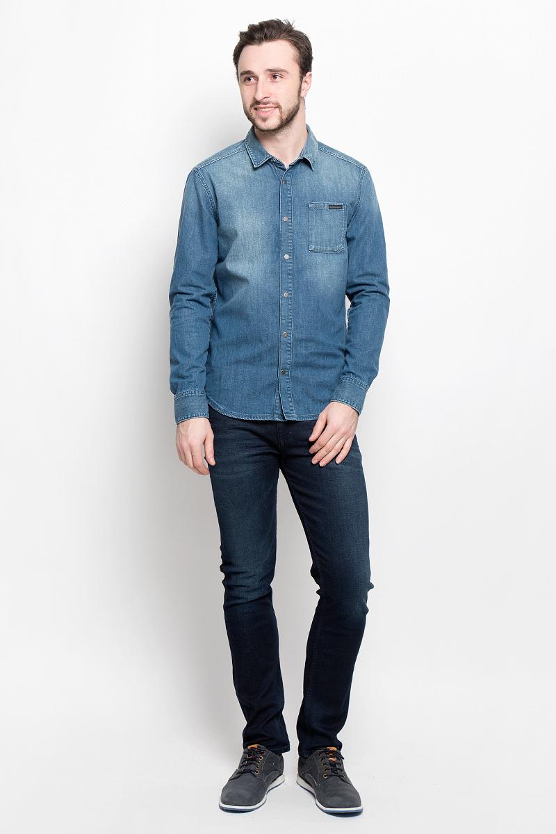 J30J304304Стильная мужская рубашка Calvin Klein Jeans, выполненная из натурального хлопка, подчеркнет ваш уникальный стиль и поможет создать оригинальный образ. Такой материал великолепно пропускает воздух, обеспечивая необходимую вентиляцию, а также обладает высокой гигроскопичностью. Рубашка модели Slim Fit с длинными рукавами и отложным воротником застегивается спереди на кнопки. Нижняя часть рукавов вместе с манжетами также застегивается на кнопки. На груди расположен накладной карман. Такая рубашка будет дарить вам комфорт в течение всего дня и послужит замечательным дополнением к вашему гардеробу.