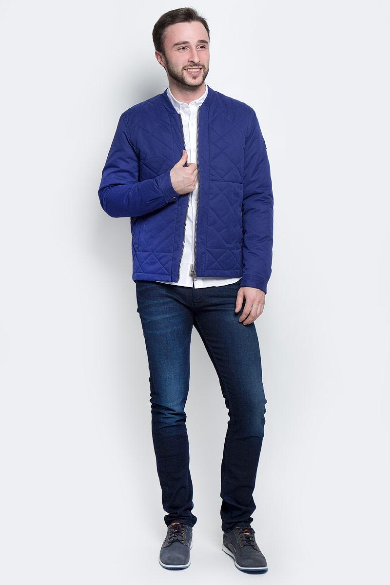 КурткаJ30J301290_4750Стильная мужская куртка Calvin Klein Jeans изготовлена из полиэстера с добавлением хлопка и полиамида. В качестве утеплителя используется полиэстер. Куртка с V-образным вырезом горловины застегивается на застежку-молнию. Спереди расположены два втачных кармана на застежках-молниях, с внутренней стороны - прорезной карман на кнопке. Манжеты рукавов оснащены застежками-кнопками. Спинка модели немного удлинена. Рукав оформлен фирменной нашивкой из искусственной кожи.