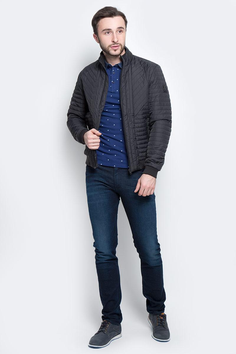 J30J304274_4020Стильная мужская куртка Calvin Klein Jeans изготовлена из высококачественного полиамида с подкладкой из полиэстера. В качестве наполнителя используется полиэстер. Куртка с воротником-стойкой застегивается на застежку-молнию. Воротник дополнен трикотажной резинкой. Спереди имеются два прорезных кармана на молниях, с внутренней стороны - прорезной карман. Манжеты рукавов и низ куртки дополнены трикотажными резинками.