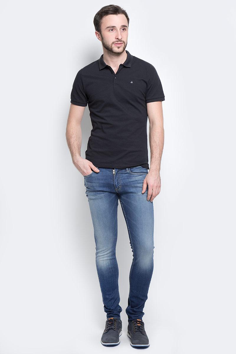 ДжинсыJ30J301303_9114Стильные мужские джинсы Calvin Klein Jeans изготовлены из хлопка с добавлением эластомультиэстера и эластана. Джинсы-скинни средней посадки застегиваются на пуговицу в поясе и ширинку на застежке-молнии. На поясе имеются шлевки для ремня. Спереди модель дополнена двумя втачными карманами и одним небольшим накладным кармашком, сзади - двумя накладными карманами. Модель оформлена контрастной прострочкой, эффектом потертости и перманентными складками.