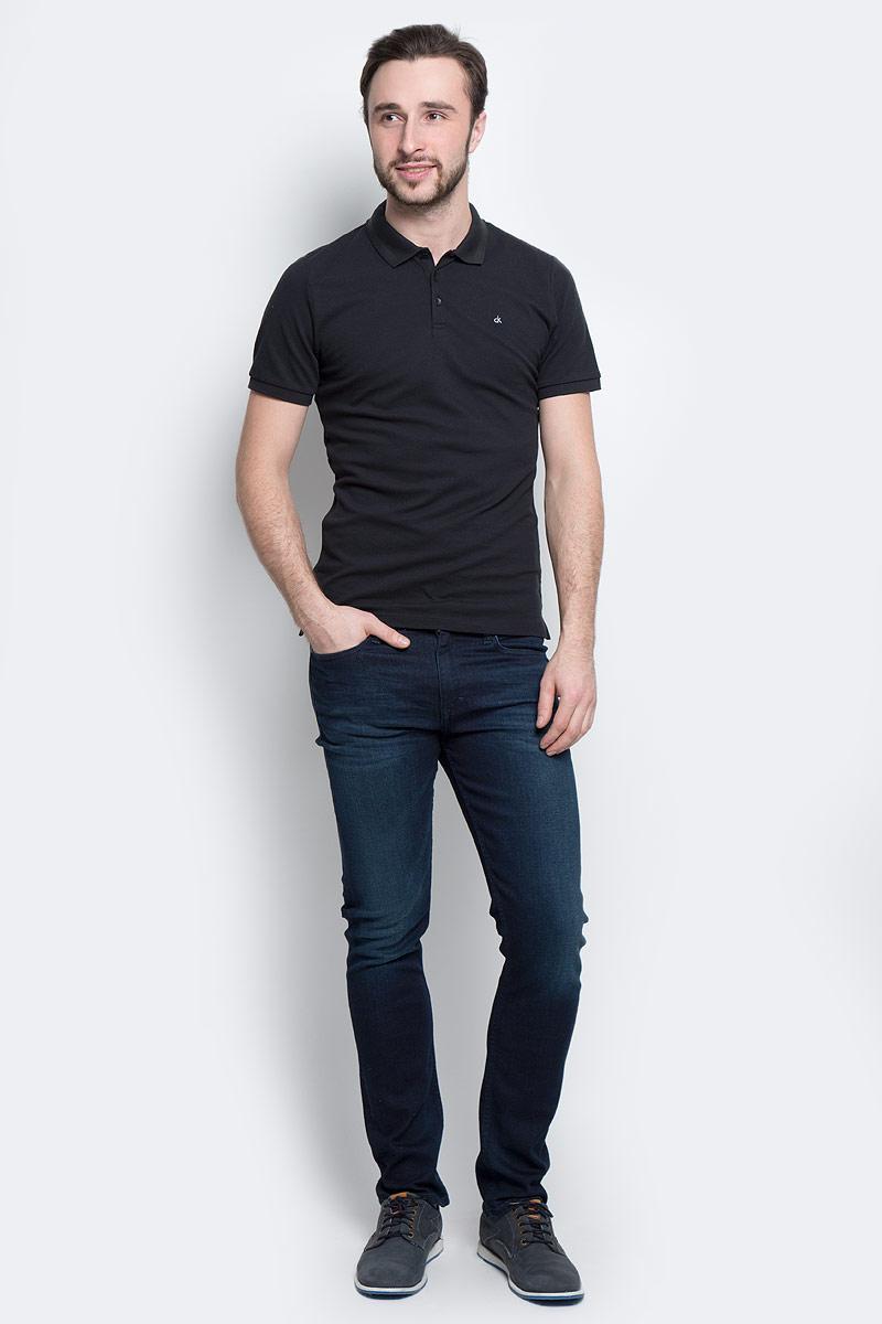 ПолоJ30J301251_0990Мужское поло Calvin Klein Jeans изготовлено из эластичного хлопка. Модель с отложным воротником и короткими рукавами застегивается сверху на три пуговицы. Воротник и края рукавов выполнены из трикотажной резинки. Спинка изделия слегка удлинена, по бокам предусмотрены разрезы. Поло оформлено фирменной символикой.