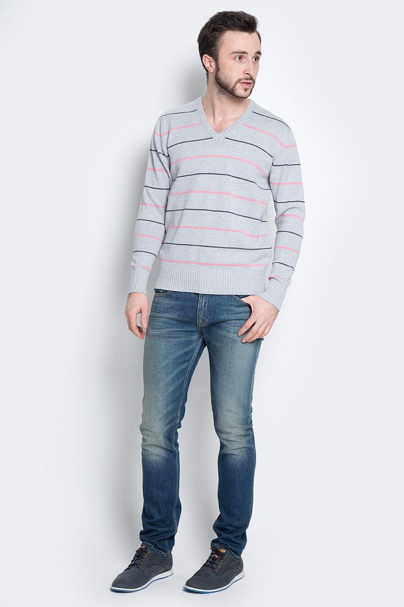 А600091502Мужской пуловер D&H Basic изготовлен из натуральной хлопковой пряжи. Модель с V-образным вырезом горловины и длинными рукавами оформлена полосками. Манжеты и низ изделия связаны резинкой.