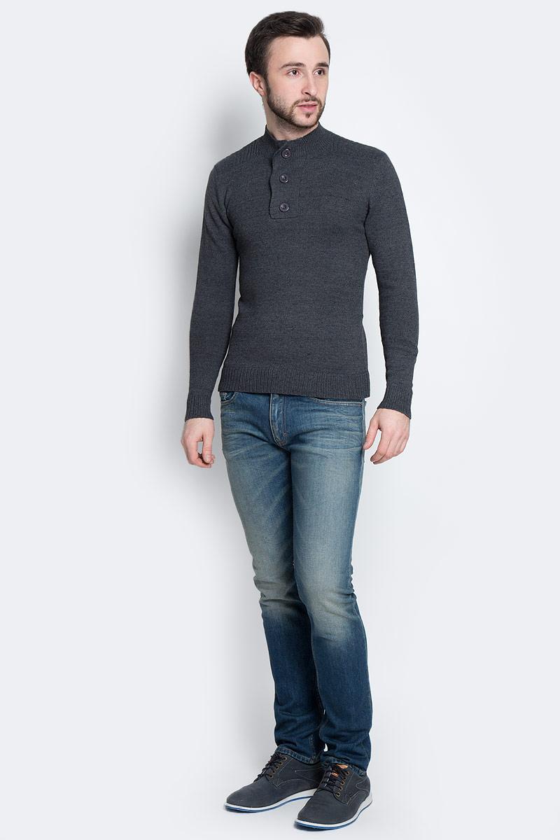 А45009Мужской свитер Epic Hero выполнен из мягкой акриловой пряжи. Модель с небольшим воротником-стойкой и длинными рукавами застегивается на три пуговицы. Воротник, манжеты и низ изделия связаны резинкой.