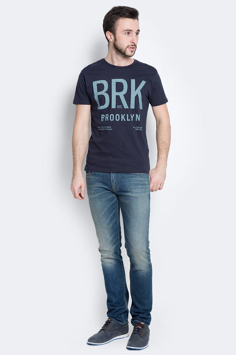 20100365_56HМужская футболка Broadway Bennie, изготовленная из натурального хлопка, очень мягкая, тактильно приятная, не сковывает движения и позволяет коже дышать. Футболка с круглым вырезом горловины и короткими рукавами оформлена спереди буквенным принтом.