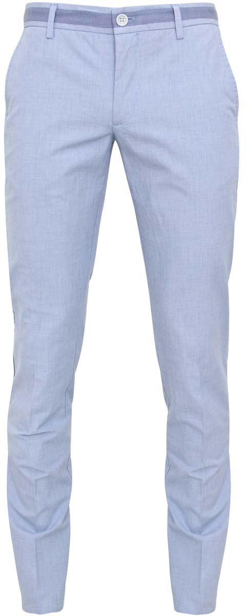 Брюки2L200030M/39525N/7000OМужские брюки oodji Lab выполнены полностью из хлопка. Модель стандартной посадки застегивается на пуговицу в поясе и ширинку на застежке-молнии, с внутренней стороны - на пуговицу. Пояс имеет шлевки для ремня. Спереди брюки дополнены двумя втачными карманами и одним маленьким прорезным кармашком, сзади - двумя прорезными карманами с пуговицами.