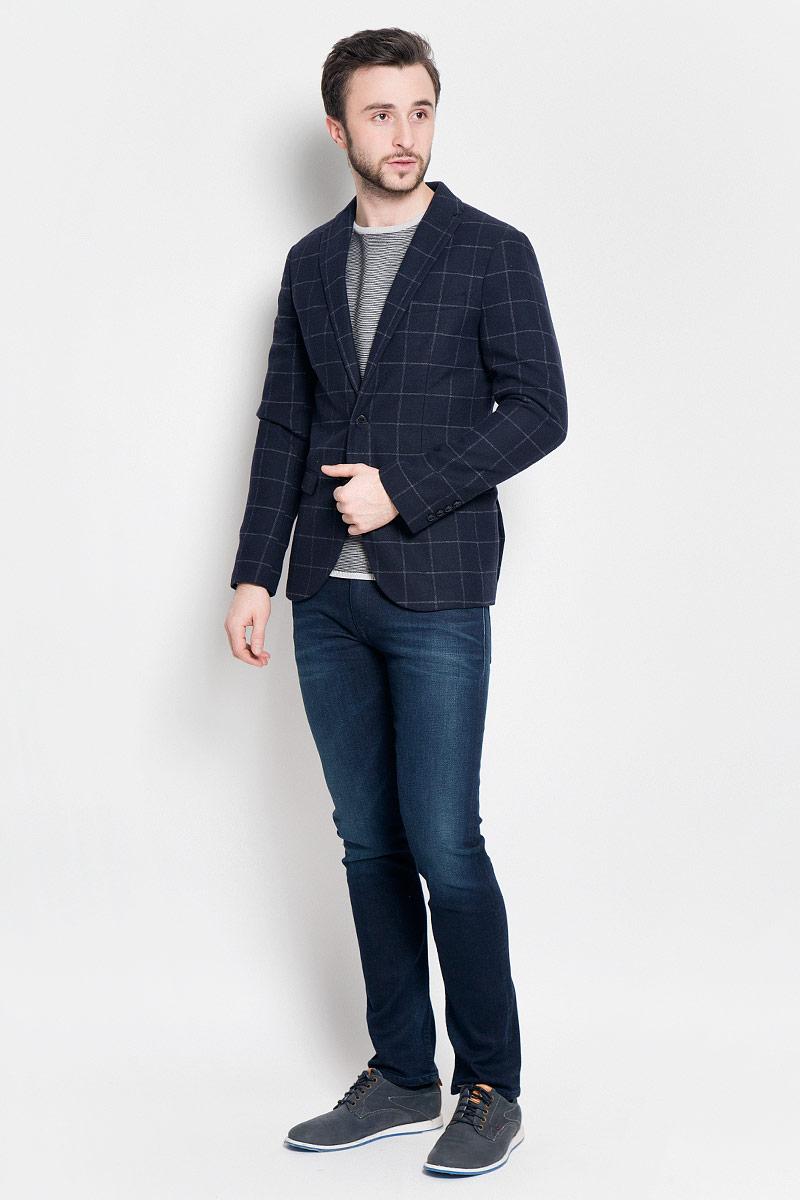 16053138_Navy BlueКлассический мужской пиджак Selected Homme изготовлен из полиэстера с добавлением шерсти. Подкладка пиджака выполнена из полиэстера. Пиджак с воротником с лацканами и длинными рукавами застегивается на две пуговицы. Манжеты рукавов также дополнены декоративными пуговицами. Пиджак имеет два втачных кармана с клапанами и нагрудный кармашек спереди, а также два потайных втачных карманама, один из которых на пуговице.