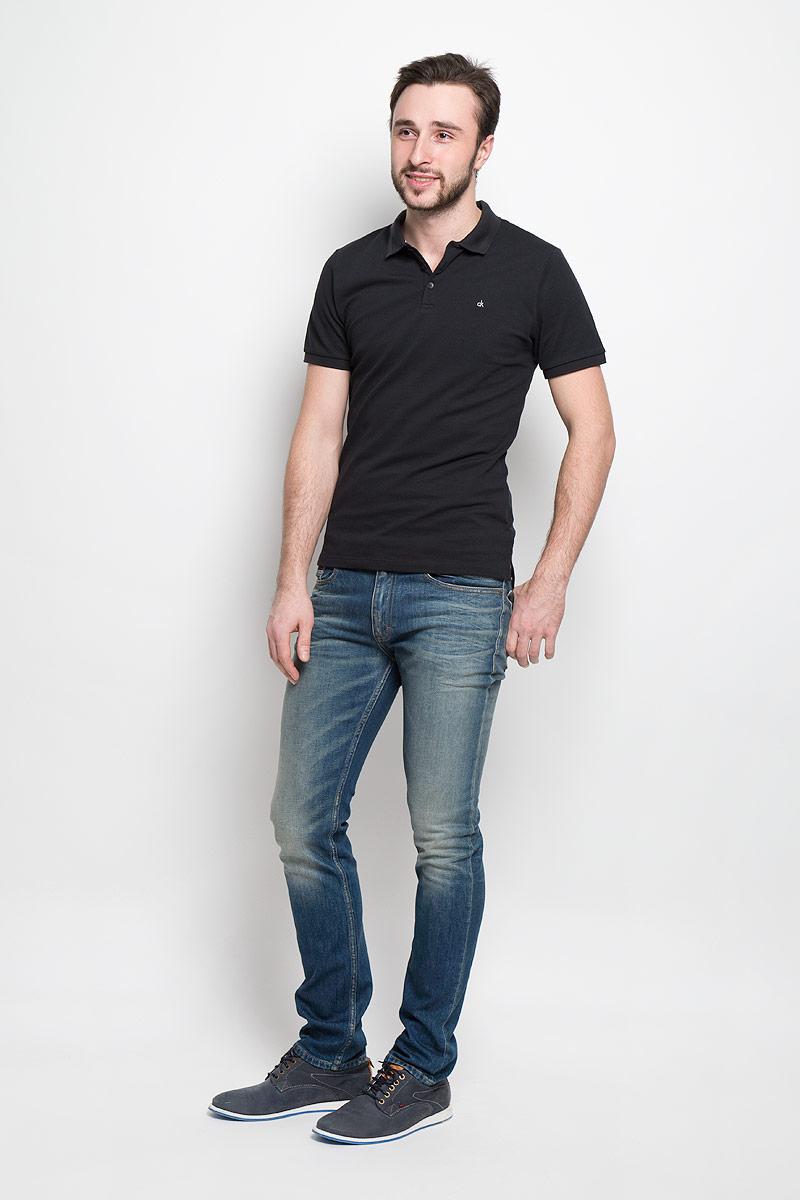 J30J301312_9124Стильные мужские джинсы Calvin Klein Jeans изготовлены из хлопка с добавлением эластана. Джинсы-слим средней посадки застегиваются на пуговицу в поясе и ширинку на застежке-молнии. На поясе имеются шлевки для ремня. Спереди модель дополнена двумя втачными карманами и одним небольшим накладным кармашком, сзади - двумя накладными карманами. Модель оформлена контрастной прострочкой, эффектом потертости и перманентными складками.