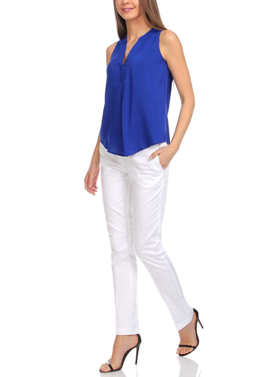 Блузка11411105B/24681/5100NЖенская блузка oodji Ultra выполнена из вискозы. Модель с V-образным вырезом горловины, застегивается на пуговицы. Модель свободного кроя оформлена декоративными складками на спинке.