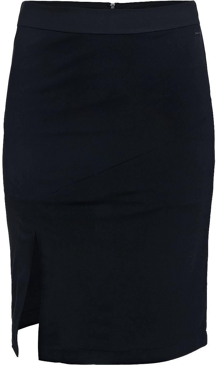 ЮбкаJ20J204624_0990Юбка Calvin Klein Jeans выполнена из качественного полиэстера с добавлением эластана. В качестве материала подкладки используется полиэстер. Юбка-миди дополнена широким поясом и застёгивается сзади на металлическую застежку-молнию. Оформлена модель спереди стильной шлицей.