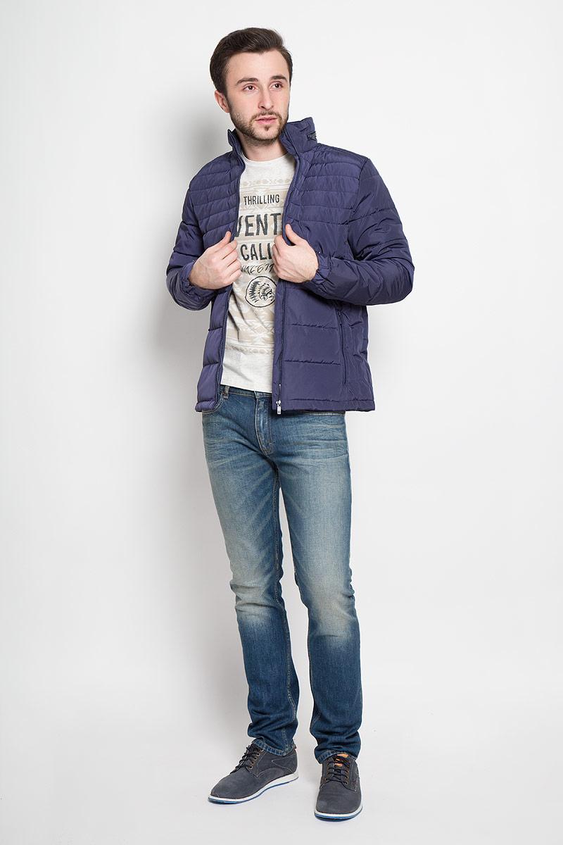 КурткаSKU0714GRСтильная мужская куртка Top Secret изготовлена из высококачественного полиэстера. В качестве утеплителя используется синтепон. Куртка с воротником-стойкой застегивается на застежку- молнию. Воротник оснащен карманом на застежке-молнии, в который складывается капюшон. Спереди расположены два прорезных кармана на застежках-молниях, с внутренней стороны - два накладных кармана. Манжеты рукавов присборены на резинки и дополнены хлястиками на кнопках.