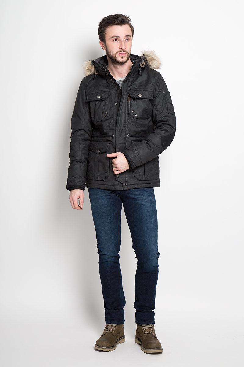 Куртка3532819.00.10_2999Стильная мужская куртка Tom Tailor изготовлена из натурального хлопка с полиуретановым покрытием. В качестве утеплителя используется полиэстер. Куртка с воротником-стойкой и съемным капюшоном застегивается на застежку-молнию и дополнительно на клапан с кнопками. Капюшон, дополненный шнурком и искусственным мехом, пристегивается к куртке с помощью застежки-молнии и кнопок. Спереди расположены четыре накладных кармана, два из которых с клапанами на кнопках, на груди - два накладных кармана с клапанами на кнопках, на рукаве - накладной открытый карман с четырьмя держателями, с внутренней стороны - прорезной открытый карман. Манжеты рукавов дополнены трикотажными напульсниками. На талии с внутренней стороны расположен регулирующий шнурок.