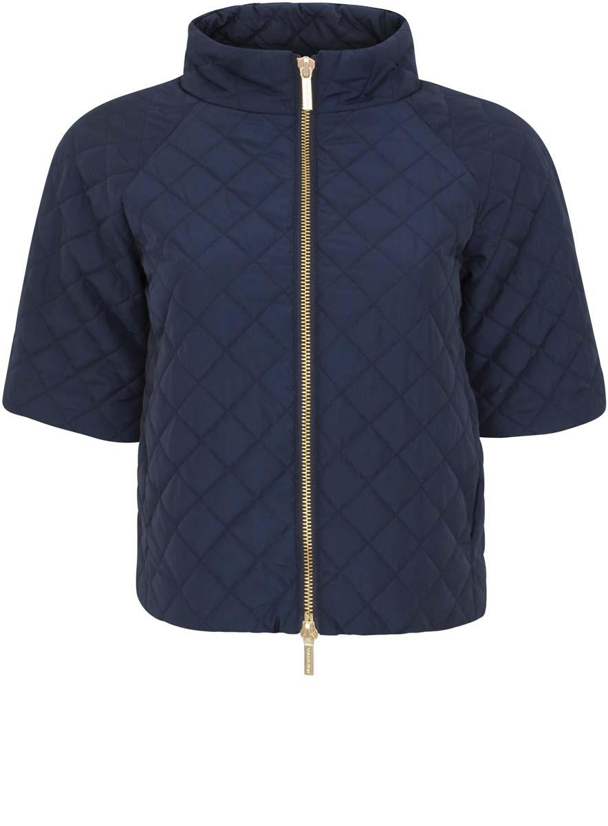 10207002/45419/3300NКуртка женская стеганая oodji Ultra исполнена из высококачественного полиэстера - износостойкого не мнущегося быстросохнущего материала. Подкладка так же исполнена из полиэстера, как и утеплитель. Изделие имеет рукава по локоть, воротник-стойку. Куртка имеет два кармана по бокам от талии и застегивается на молнию.