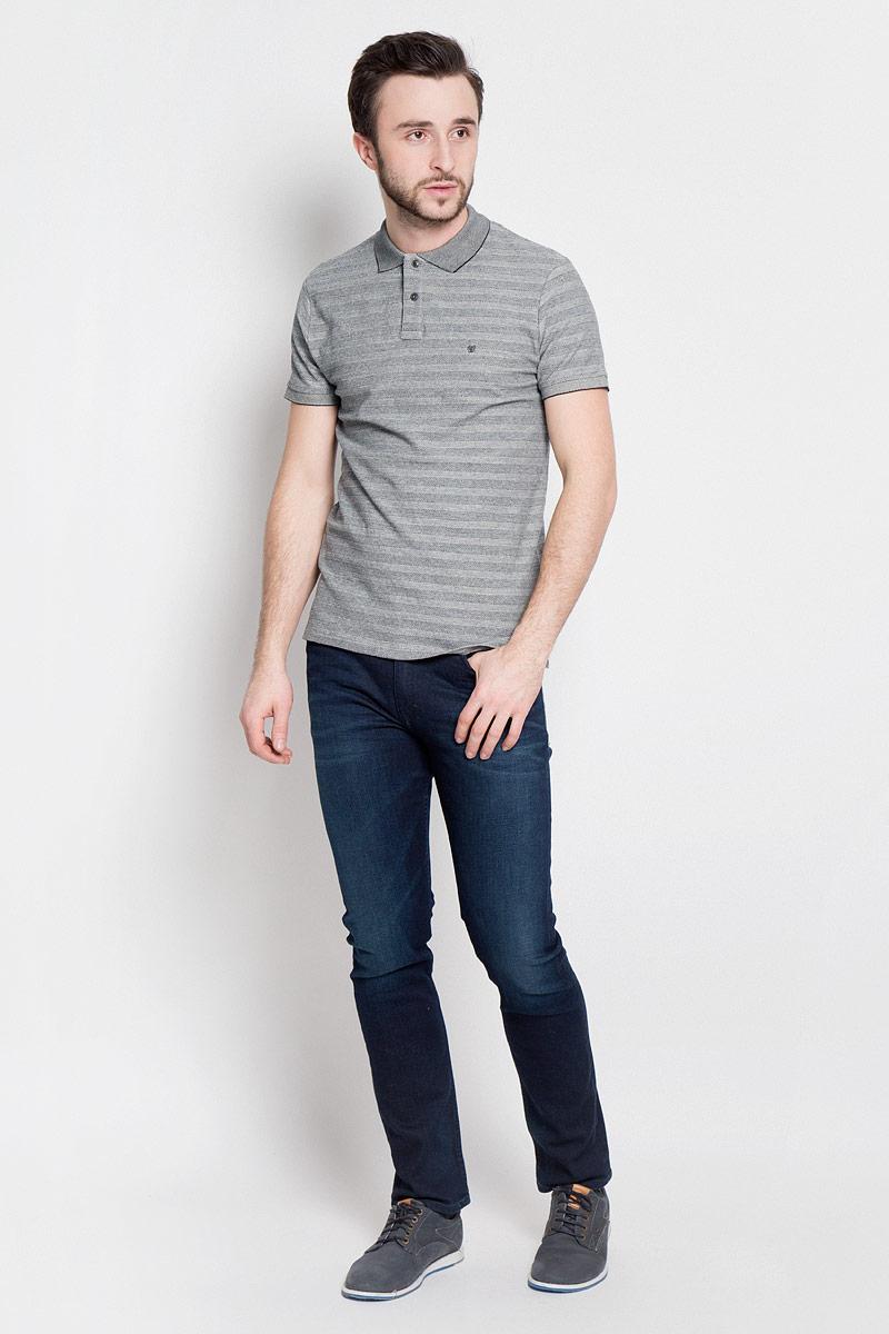 ПолоW7A47K206Стильная мужская футболка-поло выполнена из эластичного хлопка. Модель с отложным воротником и короткими рукавами застегивается на две пуговицы сверху.