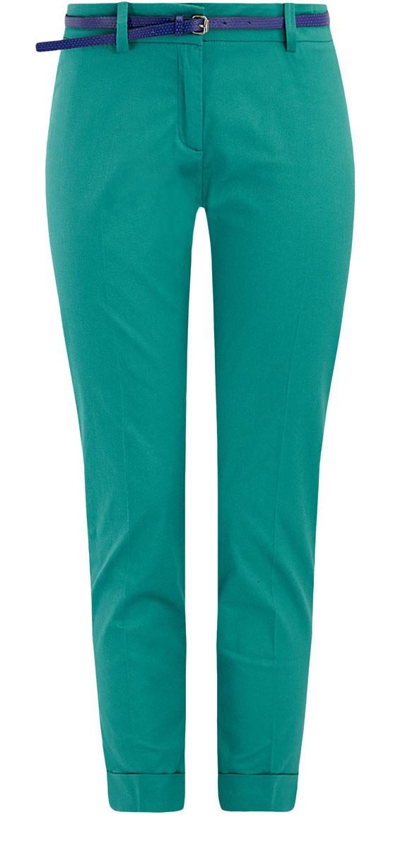 Брюки11703057-4/19887/7300NСтильные женские брюки oodji Ultra выполнены из хлопка с небольшим добавлением эластана. Укороченные брюки со средней посадкой застегивается на молнию, пуговицу и застежку-крючок, имеются шлевки для ремня. Сзади изделие дополнено имитацией двух прорезных карманов. По низу брючины дополнены стильными отворотами. К брюкам прилагается ремень из искусственной кожи с металлической пряжкой.