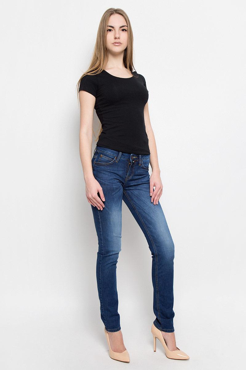19341_w.mediumЖенские джинсы F5 выполнены из хлопка с добавлением лайкры. Джинсы застегиваются на пуговицу в поясе и ширинку на застежке-молнии, дополнены шлевками для ремня. Джинсы имеют классический пятикарманный крой: спереди модель дополнена двумя втачными карманами и одним маленьким накладным кармашком, а сзади - двумя накладными карманами. Джинсы оформлены декоративными потертостями.