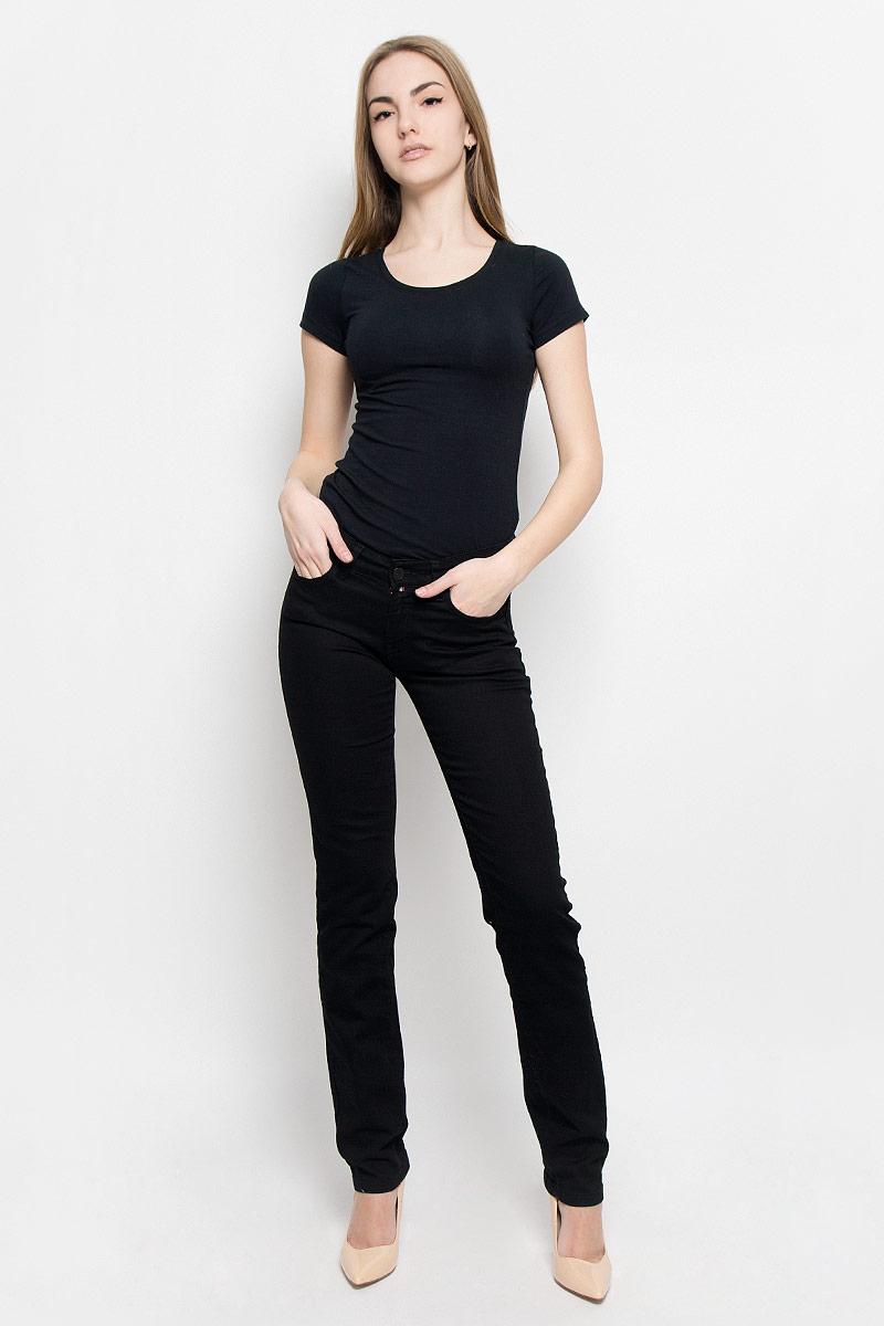 19202_w.garmentЖенские джинсы F5 выполнены из высококачественного эластичного хлопка. Джинсы прямого кроя и стандартной посадки застегиваются на пуговицу в поясе и ширинку на застежке-молнии, дополнены шлевками для ремня. Джинсы имеют классический пятикарманный крой: спереди модель дополнена двумя втачными карманами и одним маленьким накладным кармашком, а сзади - двумя накладными карманами.