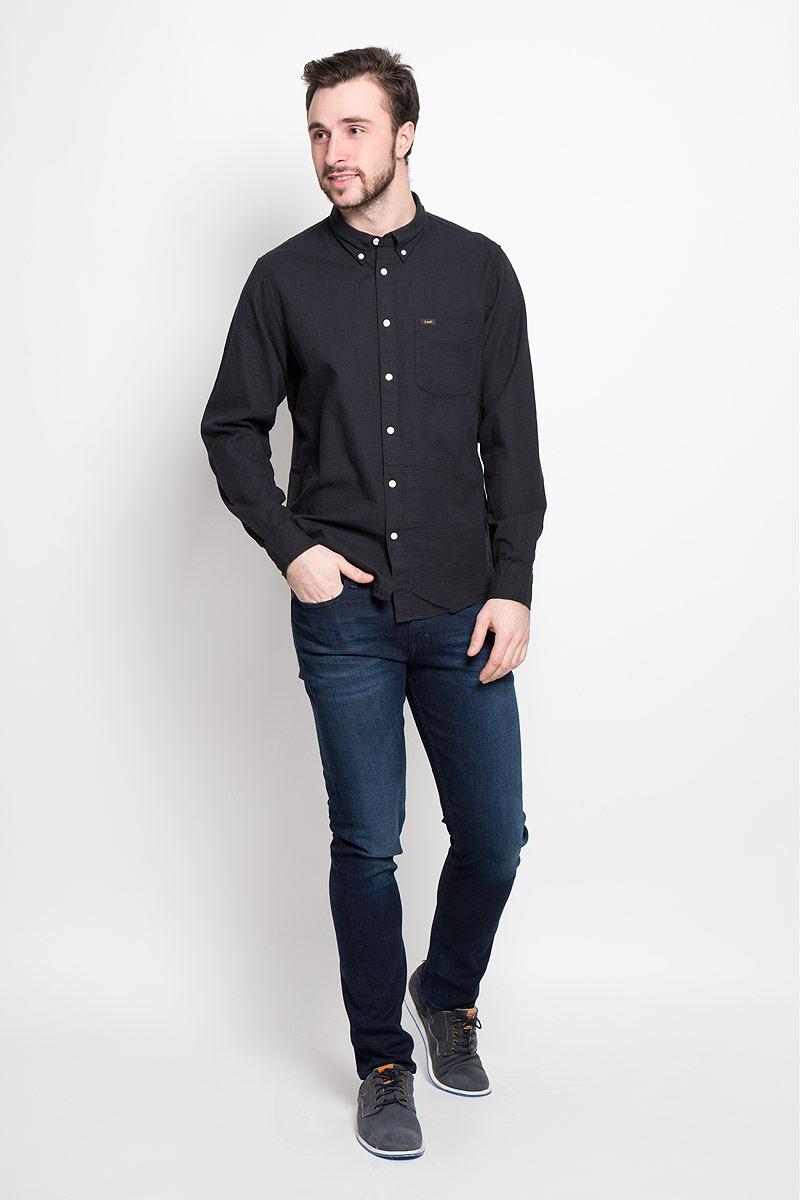 РубашкаL880CL01Стильная мужская рубашка Lee выполнена из натурального хлопка. Модель с отложным воротником и длинными рукавами застегивается на пуговицы спереди о оснащена нагрудным карманом. Манжеты рукавов дополнены застежками-пуговицами.