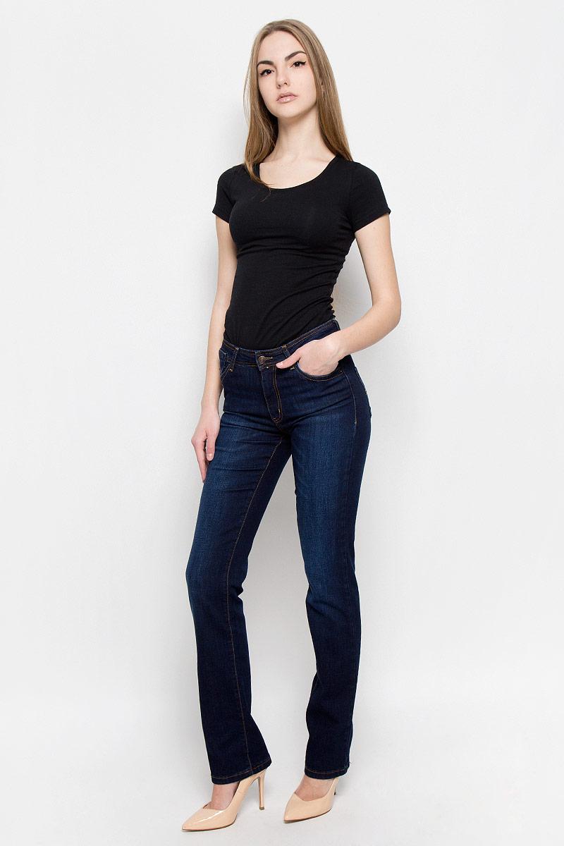 1943/N_w.darkЖенские джинсы F5 выполнены из хлопка с добавлением полиэстера и спандекса. Джинсы прямого кроя застегиваются на пуговицу в поясе и ширинку на застежке- молнии, дополнены шлевками для ремня. Джинсы имеют классический пятикарманный крой: спереди модель дополнена двумя втачными карманами и одним маленьким накладным кармашком, а сзади - двумя накладными карманами.