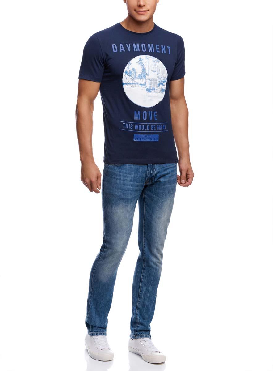 Футболка5L611305M/39485N/7975PМужская футболка oodji изготовлена из натурального высококачественного хлопка. Выполнена с круглым воротом и классическими короткими рукавами. Оформлена оригинальным принтом в двух монохромных цветах, дополнена органичными надписями на английском языке.