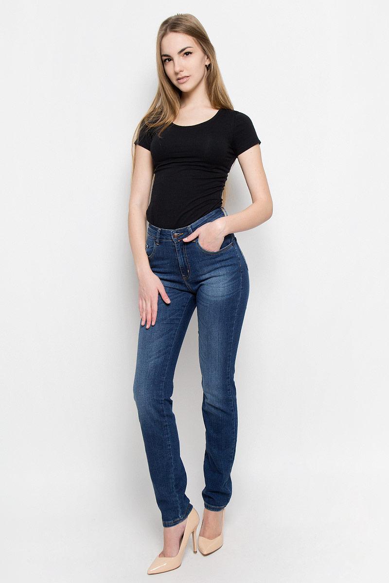 19735_w.mediumЖенские джинсы F5 выполнены из высококачественного эластичного хлопка. Джинсы зауженного кроя застегиваются на пуговицу в поясе и ширинку на застежке-молнии, дополнены шлевками для ремня. Джинсы имеют классический пятикарманный крой: спереди модель дополнена двумя втачными карманами и одним маленьким накладным кармашком, а сзади - двумя накладными карманами. Джинсы украшены декоративными потертостями.