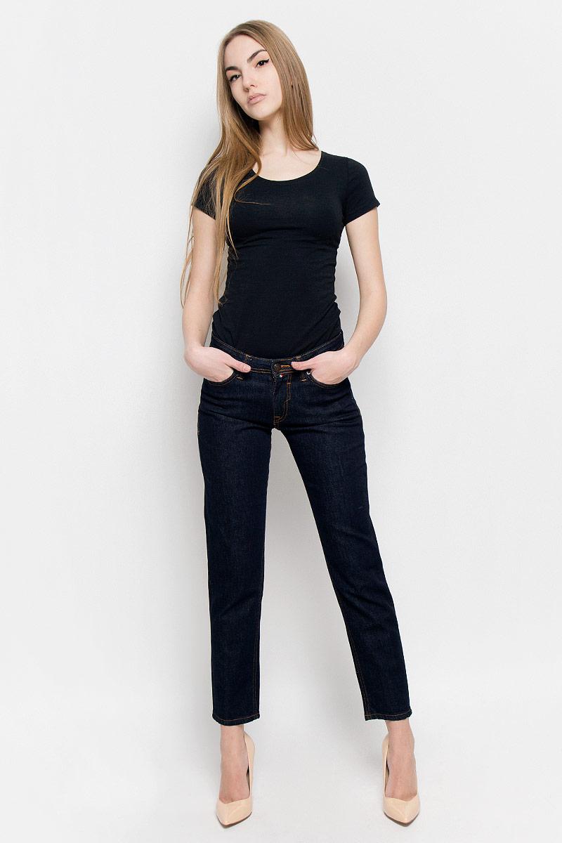 19728_w.garmentЖенские джинсы F5 выполнены из высококачественного хлопка. Джинсы застегиваются на пуговицу в поясе и ширинку на застежке-молнии, дополнены шлевками для ремня. Джинсы имеют классический пятикарманный крой: спереди модель дополнена двумя втачными карманами и одним маленьким накладным кармашком, а сзади - двумя накладными карманами. Джинсы украшены декоративными потертостями.
