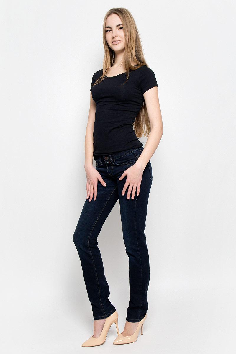 Джинсы19202_w.darkЖенские джинсы F5 выполнены из хлопка с добавлением лайкры. Джинсы прямого кроя и стандартной посадки застегиваются на пуговицу в поясе и ширинку на застежке-молнии, дополнены шлевками для ремня. Джинсы имеют классический пятикарманный крой: спереди модель дополнена двумя втачными карманами и одним маленьким накладным кармашком, а сзади - двумя накладными карманами. Джинсы украшены декоративными потертостями.