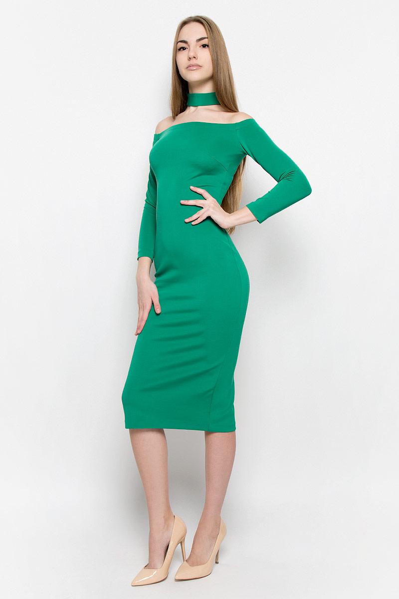 Платье109911Восхитительное платье выполнено из плотного трикотажа. Модель-миди прилегающего силуэта с рукавом 3/4. Вырез-лодочка делает акцент на изящные плечи. Эластичная резинка по горловине позволяет надежно фиксировать платье на плечах. Дополнением служит чокер в цвет платья.