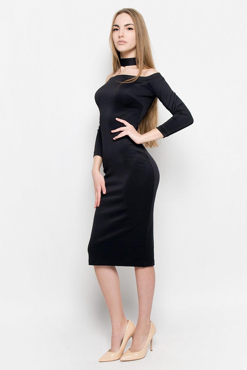 109911Восхитительное платье выполнено из плотного трикотажа. Модель-миди прилегающего силуэта с рукавом 3/4. Вырез-лодочка делает акцент на изящные плечи. Эластичная резинка по горловине позволяет надежно фиксировать платье на плечах. Дополнением служит чокер в цвет платья.