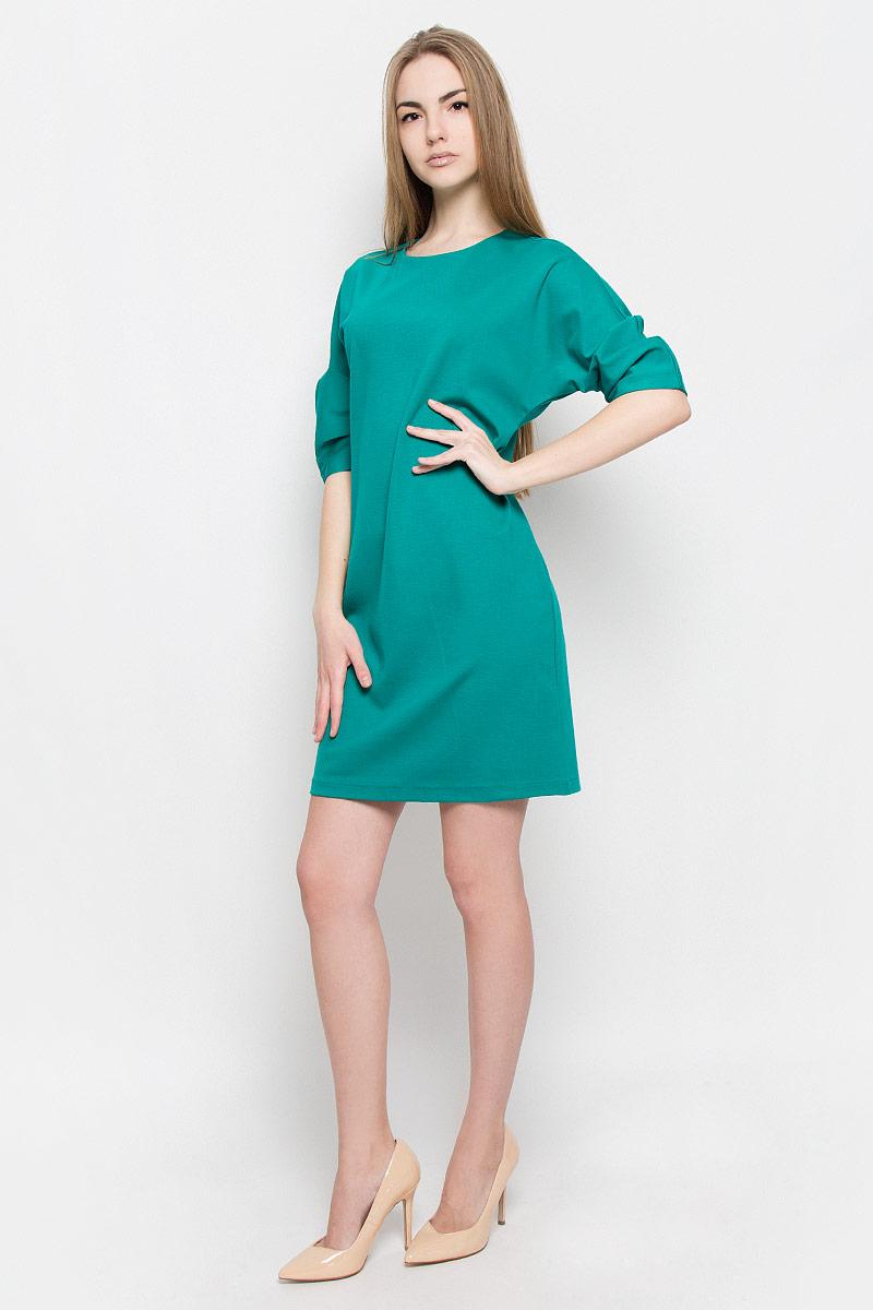 Платье103416Платье Ruxara выполнено из эластичной вискозной ткани. Модель прямого силуэта с цельнокроеным рукавом 3/4, оформленным складками по нижнему шву. Сзади застежка на пуговицу.