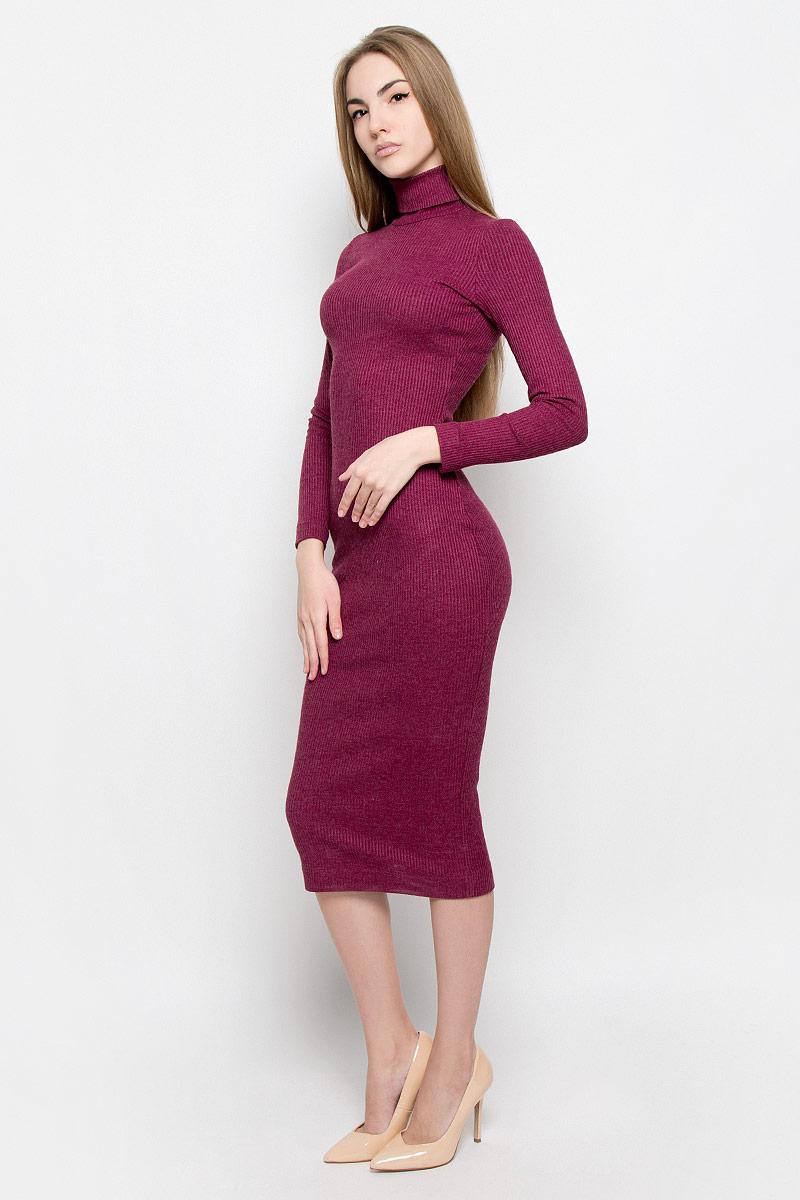 Платье114900Элегантное и уютное платье макси изготовлено из вязаного трикотажа. Модель облегающего кроя с длинным рукавом и высоким воротником гольф.