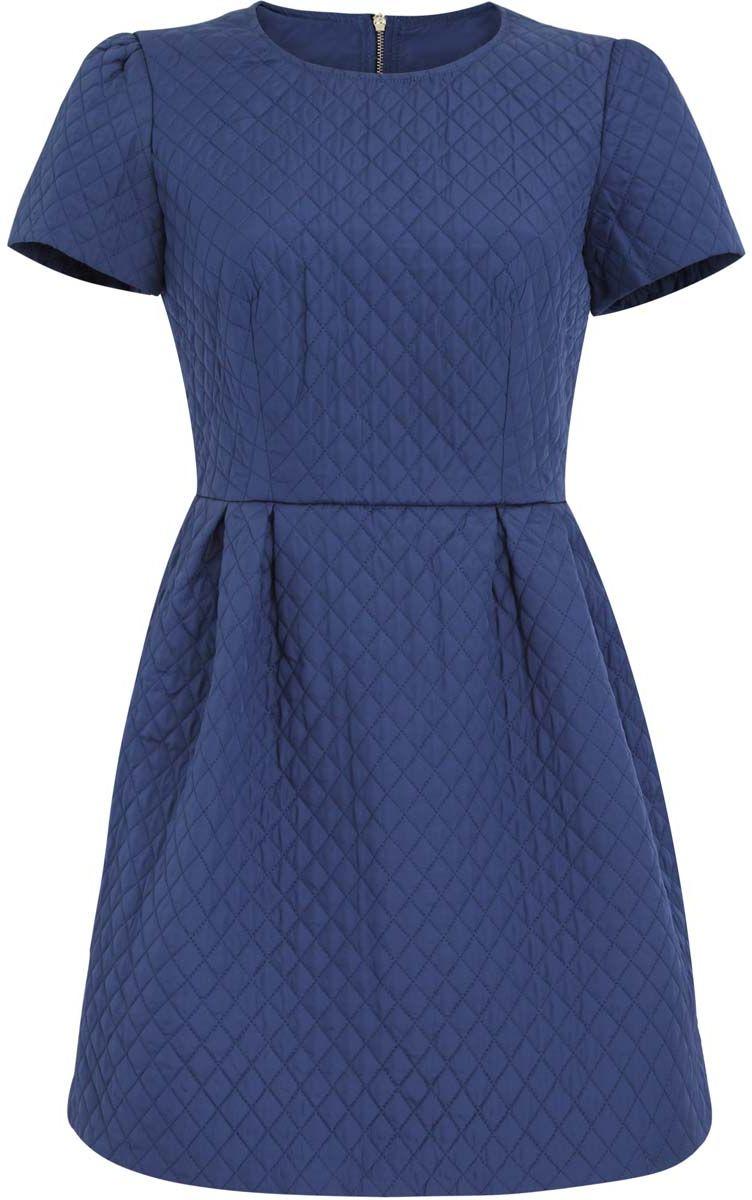 11900170/38325/7500NСтеганое платье oodji Ultra изготовлено из качественного полиэстера. Модель с круглым вырезом горловины и короткими рукавами застегивается сзади на молнию. На талии платье оформлено складками. Модель дополнена подкладкой.