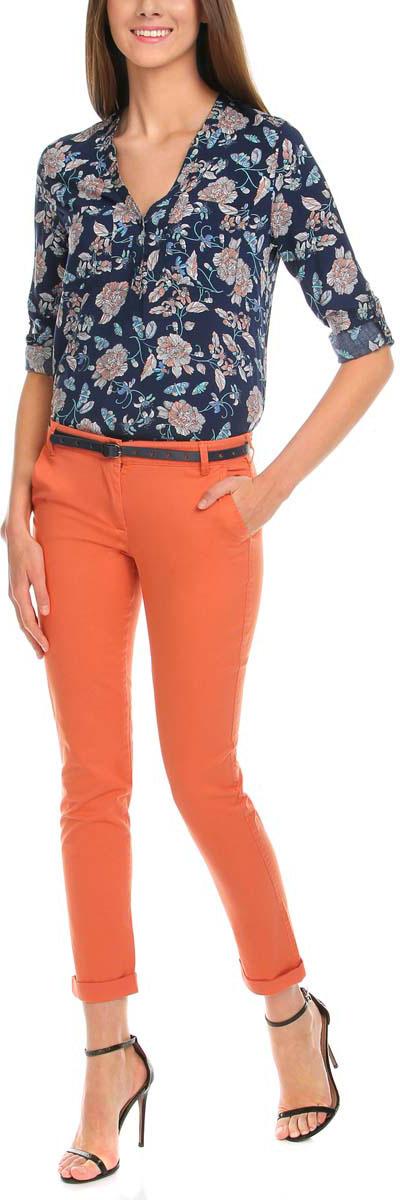 Брюки11706190-3/43526/5700NСтильные женские брюки oodji Ultra изготовлены из качественного хлопка с добавлением эластана. Модель-чинос со стандартной посадкой выполнена в лаконичном стиле и по низу брючин оформлена стильными отворотами. Застегиваются брюки на застежку-молнию и пуговицу, а также дополнены в поясе шлевками для ремня. Спереди изделие оформлено двумя втачными карманами, а сзади двумя карманами-обманками. В комплект входит тоненький ремешок с прорезями в форме звезд.
