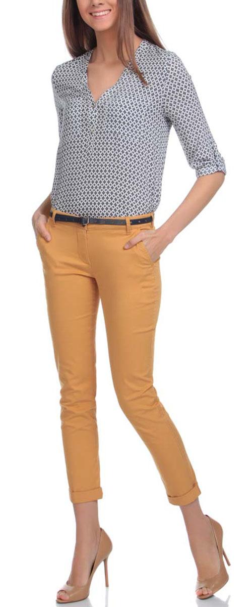 11706190-3/43526/5700NСтильные женские брюки oodji Ultra изготовлены из качественного хлопка с добавлением эластана. Модель-чинос со стандартной посадкой выполнена в лаконичном стиле и по низу брючин оформлена стильными отворотами. Застегиваются брюки на застежку-молнию и пуговицу, а также дополнены в поясе шлевками для ремня. Спереди изделие оформлено двумя втачными карманами, а сзади двумя карманами-обманками. В комплект входит тоненький ремешок с прорезями в форме звезд.