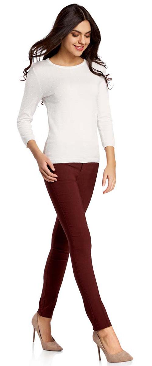 11700212B/14007/2900NСтильные женские брюки oodji Ultra выполнены из вискозы с добавлением полиамида и полиуретана. Модель с заниженной посадкой сзади оформлена имитацией карманов. Спереди брюки застегиваются при помощи застежки- молнии и пуговиц. Также модель оснащена шлевками для ремня.