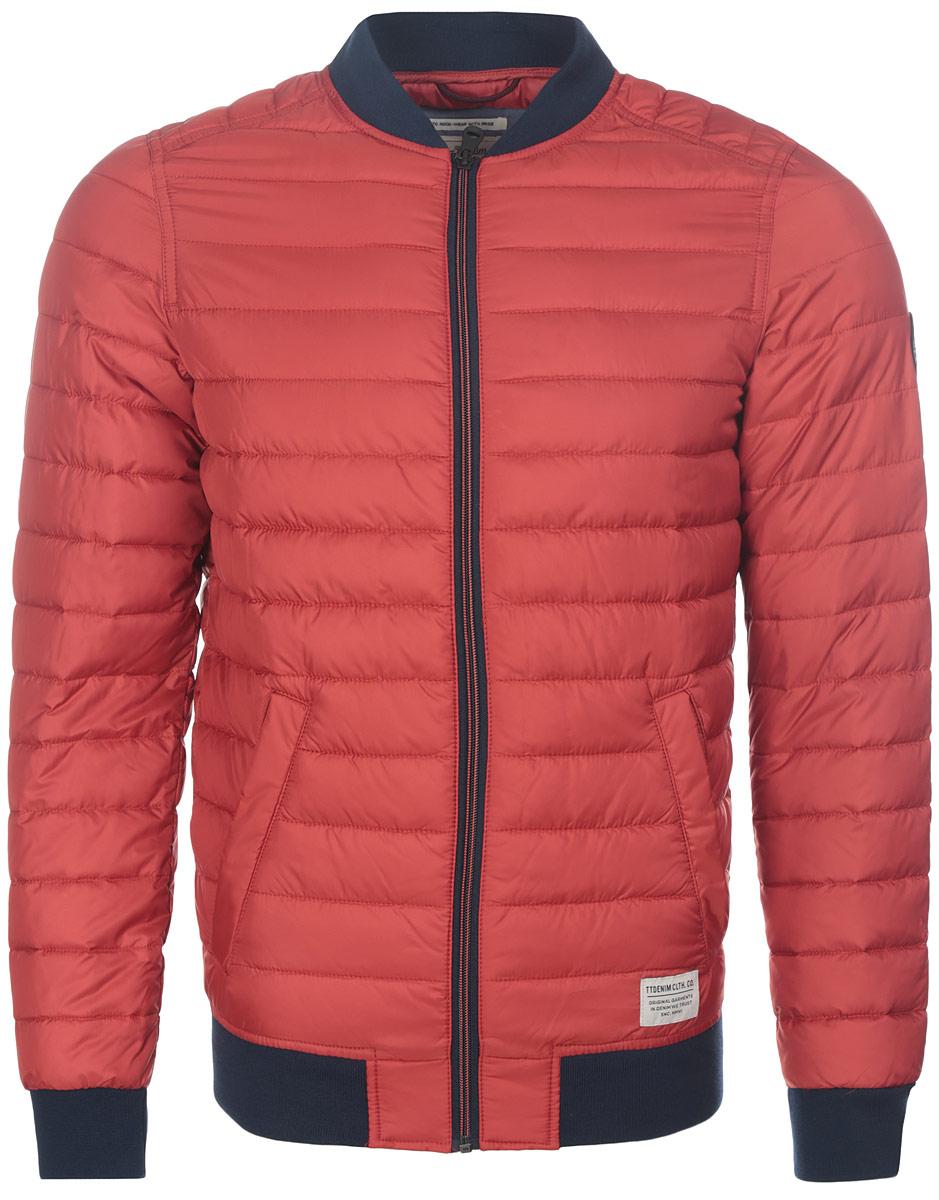 3532956.00.12_4681Стильная мужская куртка Tom Tailor Denim выполнена из полиэстера на подкладки из 100% полиэстера и рассчитана на прохладную погоду. Куртка поможет вам почувствовать себя максимально комфортно и стильно. Модель с длинными рукавами и воротником-стойкой застегивается на застежку-молнию. Воротник выполнен из трикотажной резинки. Низ рукавов и низ модели обработаны широкой эластичной манжетой. Куртка дополнена двумя прорезными карманами на кнопке. Модный дизайн и практичность - отличный выбор на каждый день!