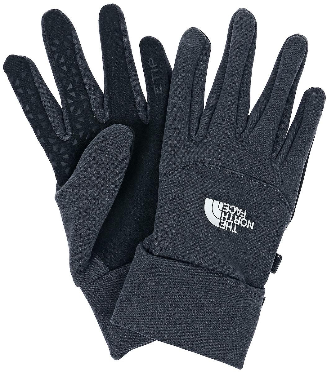 ПерчаткиT0A7LNJK3Универсальные перчатки The North Face Etip Glove с возможностью работы с тачскрином выполнены из тянущегося в четырех направлениях материала с флисовой изнанкой. Системы Radiametric Articulation и 5 Dimensional Fit обеспечивают естественное положение кисти и чувствительность. Силиконовые накладки на ладонях предназначены для наилучшего сцепления с лыжными палками, рулем велосипеда или ледорубом. Технология U|R проводит импульс, позволяя работать с экраном смартфона всеми пятью пальцами. Модель с широкими эластичными манжетами. При помощи пластикового карабина перчатки скрепляются между собой.