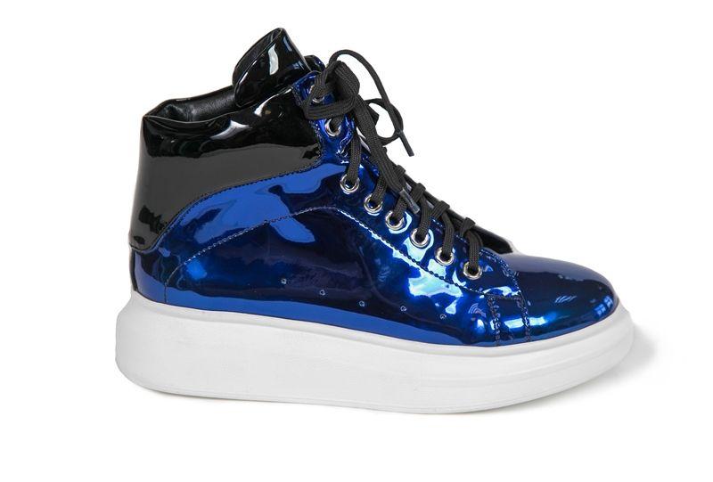 БотинкиH519-W302-2PUЖенские ботинки на плоской подошве выполнены из искусственной зеркальной кожи. Модель на ноге фиксируется при помощи классической шнуровки, и дополнена стелькой из натуральной кожи.
