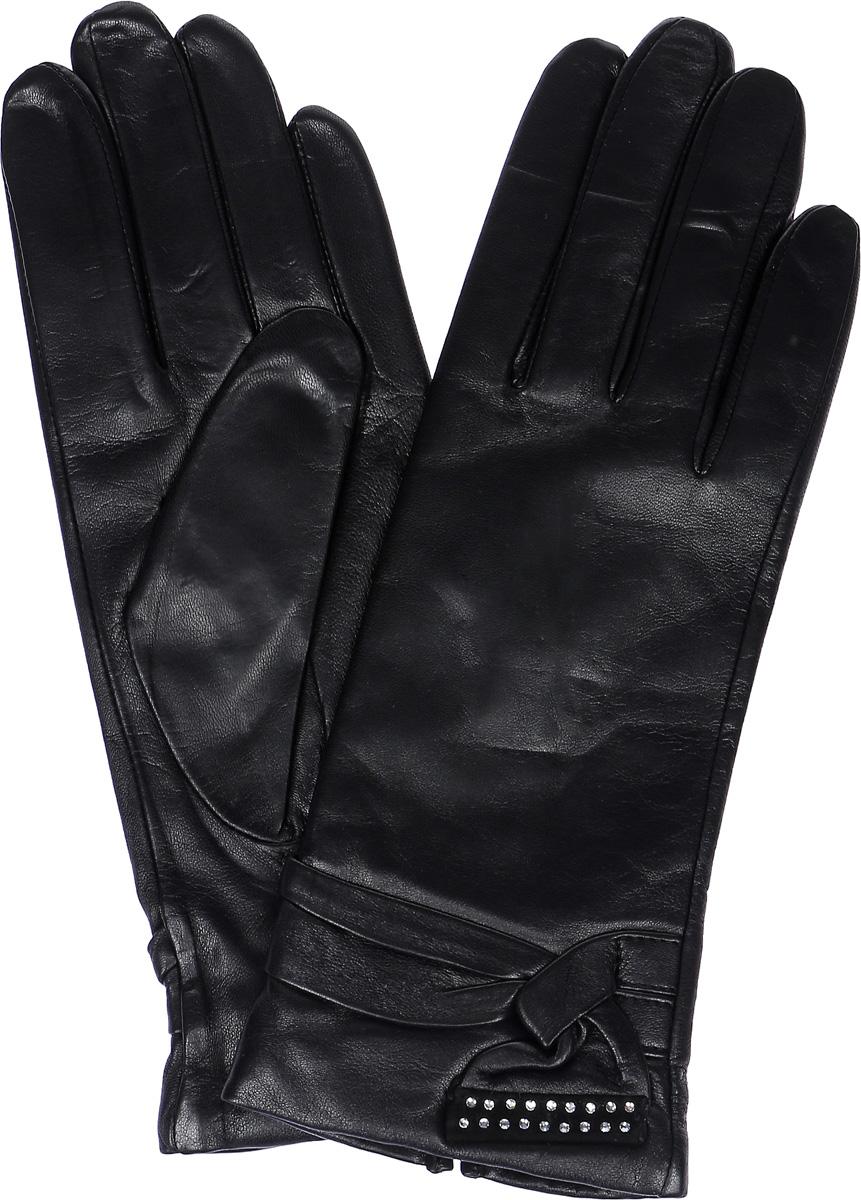 LB-0757Женские перчатки Labbra выполнены из натуральной кожи ягненка. Они мягкие, максимально сохраняют тепло, идеально сидят на руке. Подкладка изделия изготовлена из натуральной шерсти с добавлением акрила. Лицевая сторона изделия дополнена имитацией ремешка, край которого украшен стразами. На запястье модель присборена на резинку.