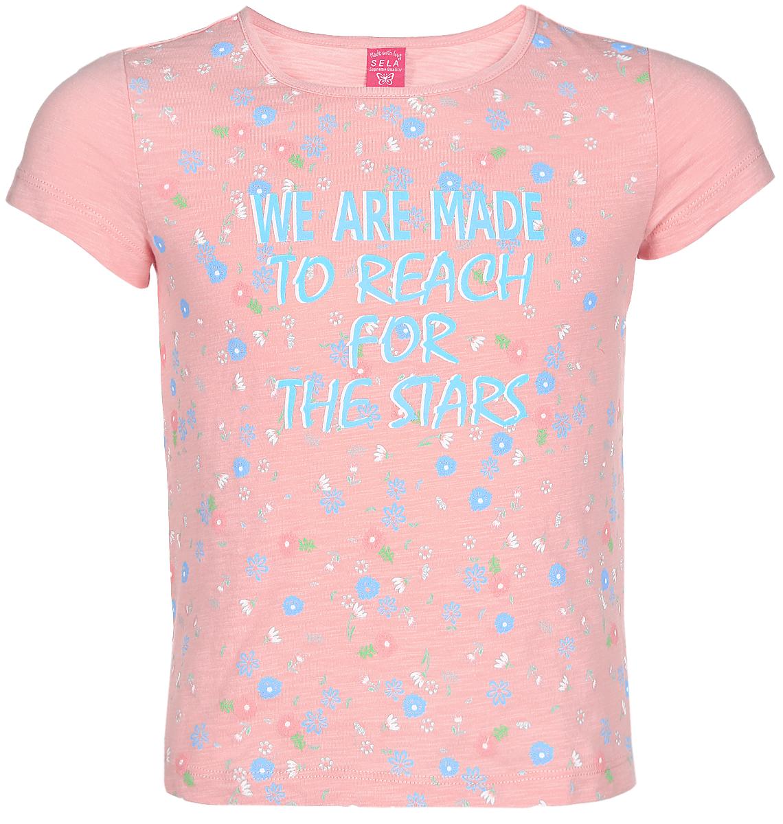 ФутболкаTs-611/625-7151Футболка для девочки Sela изготовлена из высококачественного натурального хлопка. Модель с короткими рукавами и круглым вырезом горловины украшена ярким цветочным принтом и надписью We Are Made To Reach For The Stars.