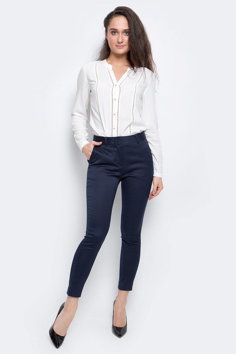 P-115/771-6342Элегантные брюки Baon, помогут вам создать безупречный образ. Модель выполнена из высококачественного материала. Модель слегка зауженного кроя и средней посадки застегивается на молнию и потайные крючки, пояс дополнен шлевками для ремня. По бокам расположены два стачных кармана на застежках-молниях. Сзади брюки оформлены декоративным швом. Эти модные и в тоже время комфортные брюки послужат отличным дополнением к вашему гардеробу. В них вы всегда будете чувствовать себя стильно и уверенно.