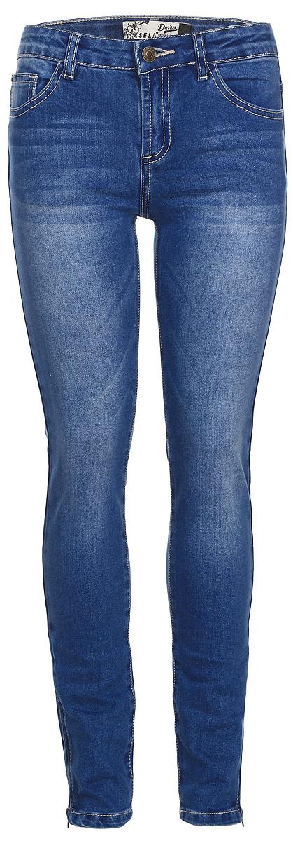 ДжинсыPJ-635/530-7110Стильные джинсы для девочки Sela выполнены из качественного комбинированного материала. Модель на талии застегивается на металлическую пуговицу и на ширинку на молнии, также имеются шлевки для ремня. С внутренней стороны пояс регулируется резинкой на пуговицах. Модель имеет классический пятикарманный крой - спереди два втачных кармана и маленький накладной кармашек, а сзади - два накладных кармана. Низ брючин декорирован молниями.