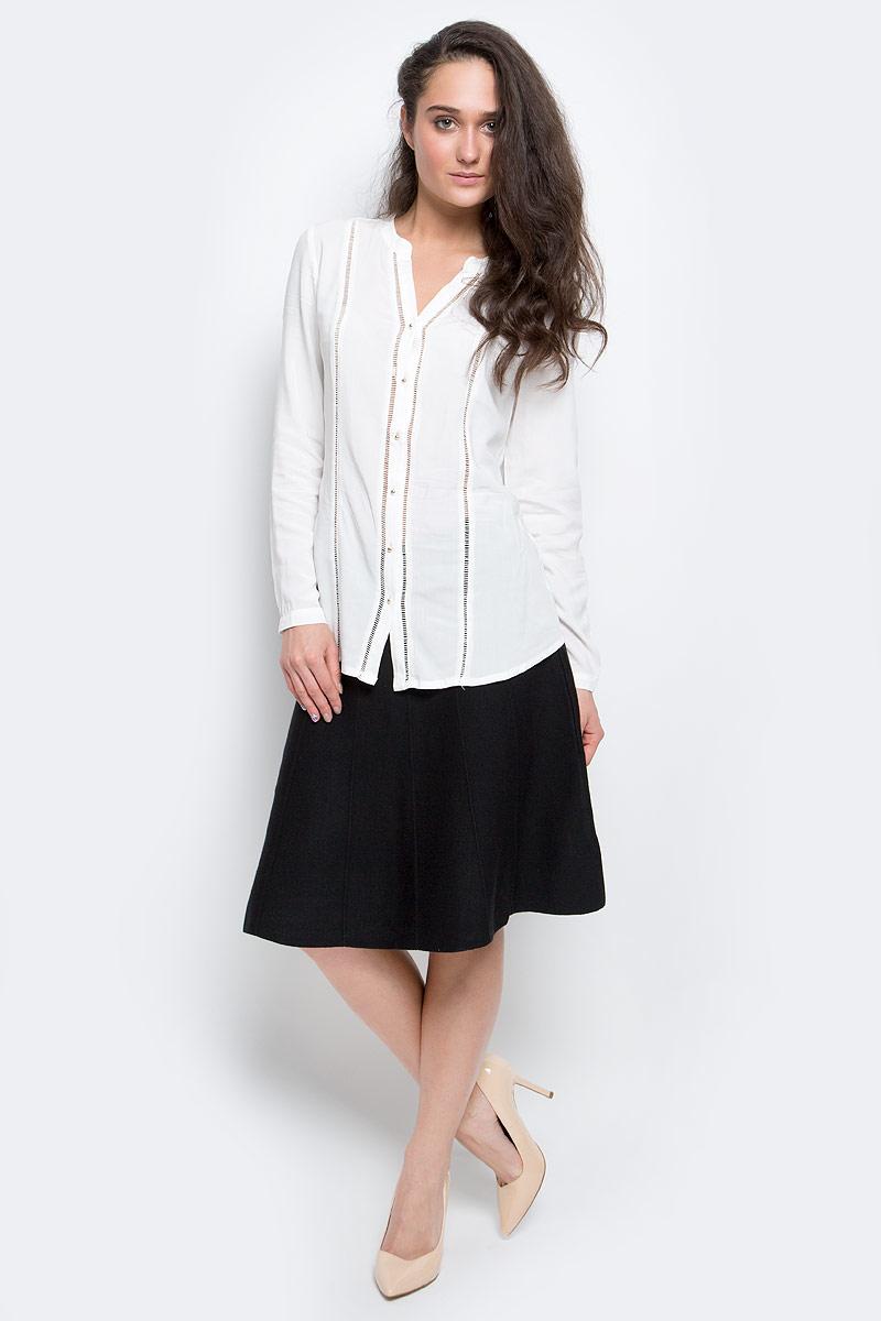 B-112/1145-7140Стильная женская блузка Sela Casual выполнена из 100% вискозы застегивается спереди на оригинальные металлические пуговицы. Модель с V-образным вырезом горловины и длинными рукавами. Манжеты рукавов дополнены застежками-пуговицами.