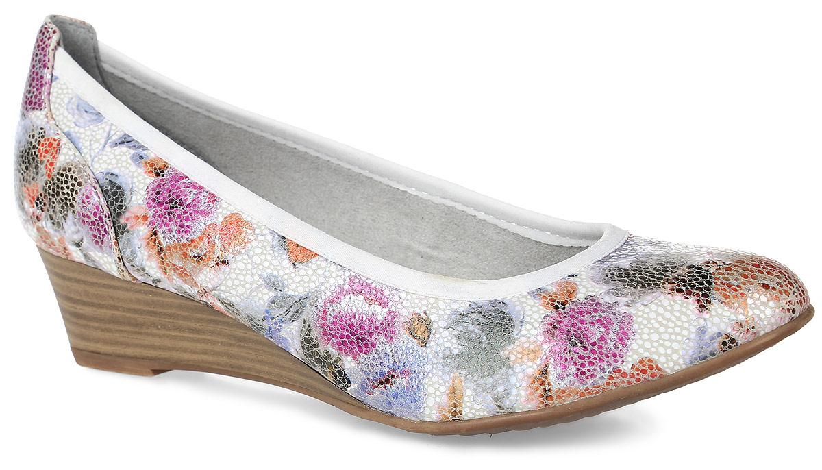 1-1-22304-28-124Оригинальные женские туфли от Tamaris заинтересуют вас своим дизайном! Модель, выполненная из искусственной кожи с блестящим покрытием, оформлена цветочным принтом и текстильным кантом. Подкладка из текстиля и мягкая стелька из искусственной кожи обеспечивают комфорт при движении. Невысокая танкетка, стилизованная под дерево, невероятно устойчива. Подошва дополнена рифлением.