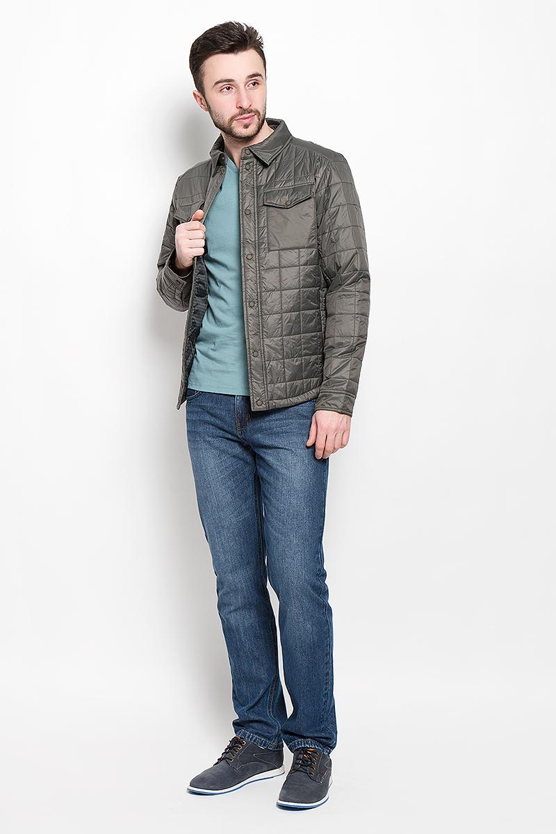 Cp-226/379-7131Мужская куртка Sela Casual Wear с длинными рукавами и отложным воротником выполнена из нейлона. Наполнитель - синтепон. Куртка застегивается на кнопки спереди. Изделие оснащено двумя втачными карманами на молниях и двумя накладными карманами с клапанами на кнопках спереди, а также втачным внутренним карманом на кнопке. Манжеты рукавов застегиваются на кнопки.