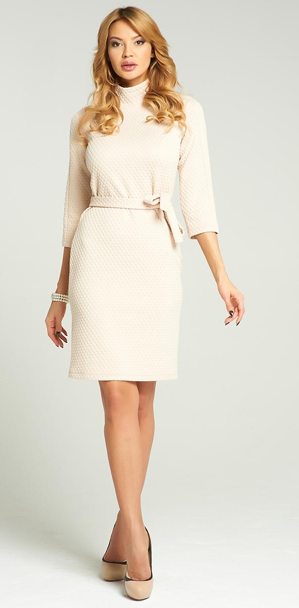 ПлатьеVV-16-2783-1Стильное платье Vittoria Vicci изготовлено из эластичного полиэстера. Модель-миди с воротником-стойкой и рукавами 3/4 оформлена рельефным принтом. На талии модель дополнена поясом.