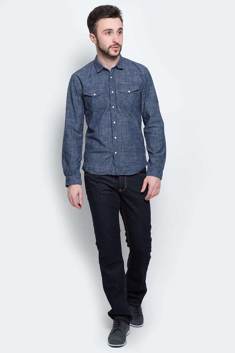 2030791.00.12_6519Стильная мужская рубашка Tom Tailor Denim, выполненная из натурального хлопка, стилизованного под джинсу, обладает высокой теплопроводностью, воздухопроницаемостью и гигроскопичностью, позволяет коже дышать, тем самым обеспечивая наибольший комфорт при носке даже самым жарким летом. Модель с длинными рукавами, отложным воротником и полукруглым низом застегивается на пуговицу и кнопки. Манжеты также застегиваются на кнопки. На груди расположены два накладных кармана с клапанами на кнопках. По желанию рукава можно подвернуть, зафиксировав пуговицами. Оформлено изделие мелким клетчатым принтом. Такая рубашка будет дарить вам комфорт в течение всего дня и послужит замечательным дополнением к вашему гардеробу.