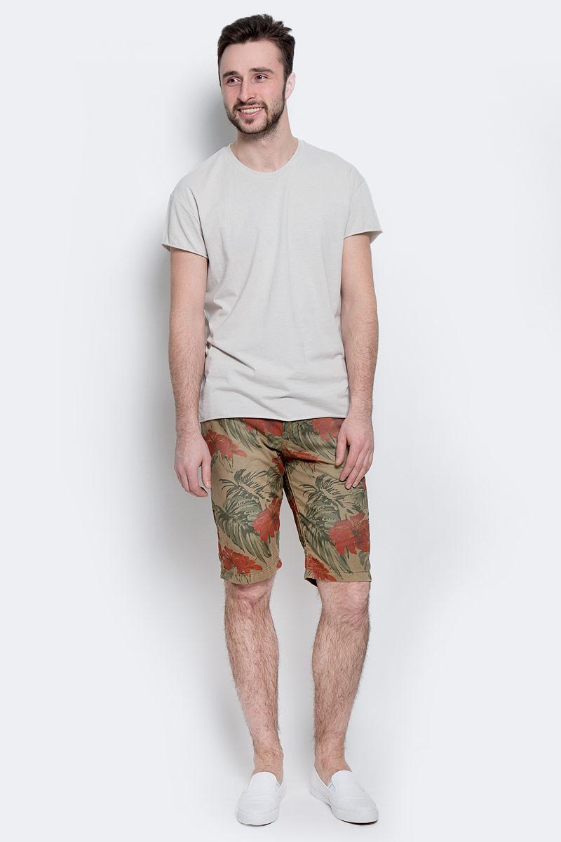 Шорты6403265.62.10_6635Стильные мужские шорты Tom Tailor изготовлены из плотной хлопковой ткани, которая подарит вам максимальный комфорт и удобство в жаркую погоду. Модель прямого покроя застегивается на пуговицу в поясе и ширинку на молнии, предусмотрены шлевки для ремня. Спереди шорты дополнены двумя втачными карманами с косыми срезами и одним небольшим секретным кармашком, сзади - два прорезных кармана. Шорты оформлены цветочным принтом. Модель удачно дополняет плетеный из трикотажного шнура ремень с металлической пряжкой. Стильные мужские шорты - удобный и практичный элемент летнего гардероба.