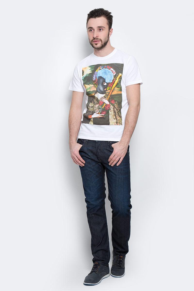 Футболка00SJV3-0EADQ/100Симпатичная мужская футболка Diesel, выполненная из высококачественного хлопка обладает высокой воздухопроницаемостью и гигроскопичностью, позволяет коже дышать. Модель с короткими рукавами и круглым воротником на груди оформлена художественным принтом. Классический покрой, лаконичный дизайн, безукоризненное качество. В такой футболке вы будете чувствовать себя уверенно и комфортно.