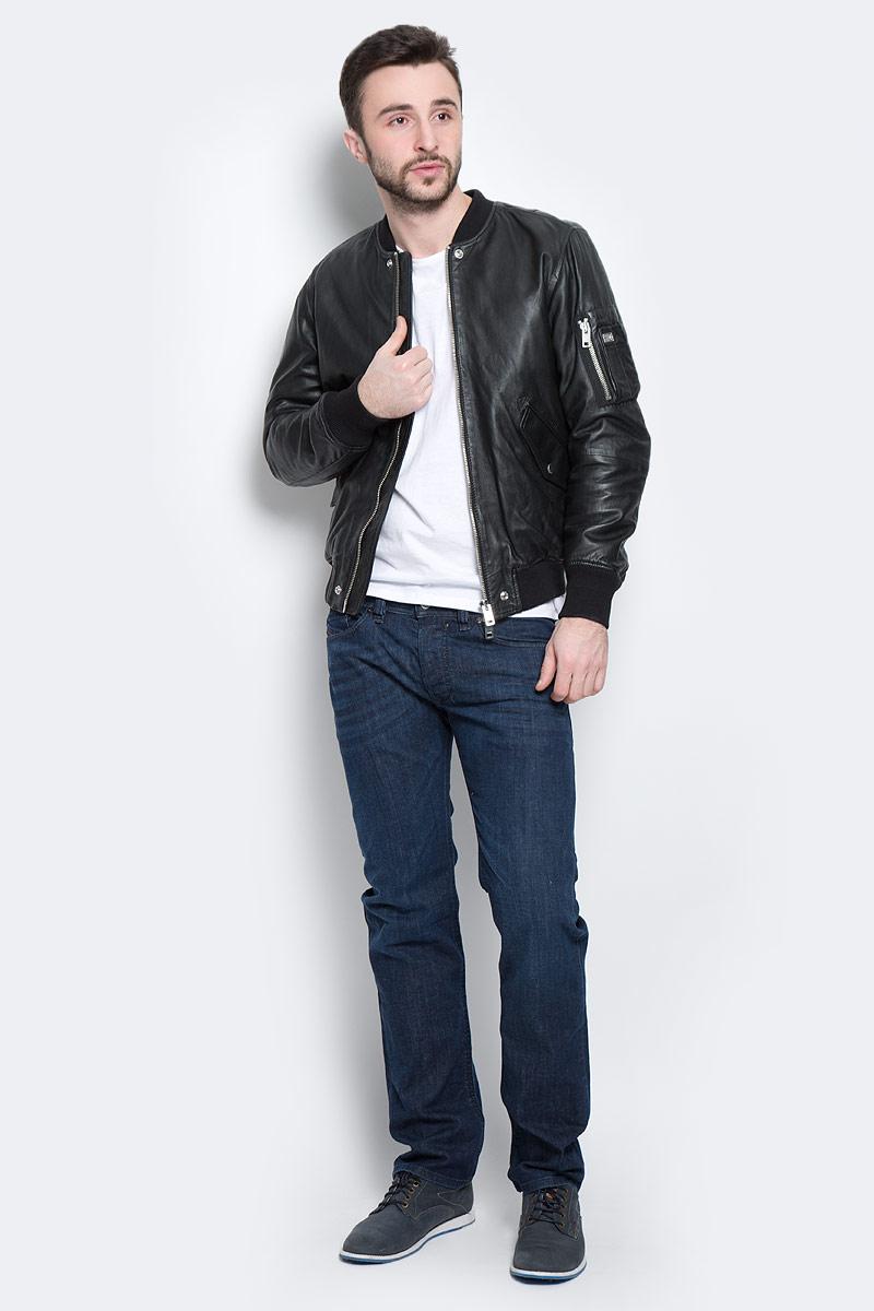 00SSE7-0WAGL/900Стильная мужская куртка Diesel изготовлена из натуральной кожи. Подкладка и наполнитель из высококачественного полиэстера. Куртка с трикотажным воротником-стойкой застегивается на металлическую застежку-молнию. Спереди имеются два прорезных кармашка, закрывающиеся на клапаны с кнопками. На рукаве расположен накладной карман на застежке-молнии и четыре держателя для авторучек. С внутренней стороны предусмотрены прорезные карманы, один из которых на кнопке. Нижняя часть модели и манжеты рукавов дополнены трикотажными резинками.